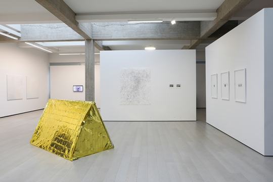 Tentoonstelling HOW TO DISAPPEAR COMPLETELY in Garage Rotterdam, foto: Bas Czerwinski.